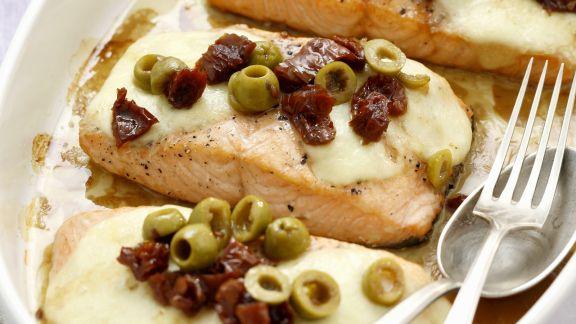 Rezept: Lachsfilet mit Mozzarella, getrockneten Tomaten und Oliven