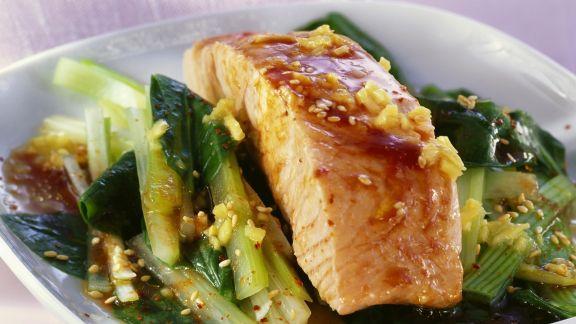Rezept: Lachsfilet mit Sesam und grünem Gemüse