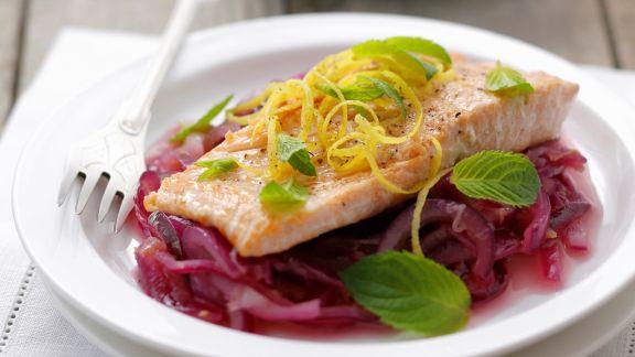 Rezept: Lachsforelle auf Rotwein-Zwiebeln