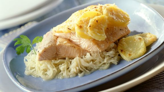 Rezept: Lachsforelle mit Kartoffeln auf Sauerkraut