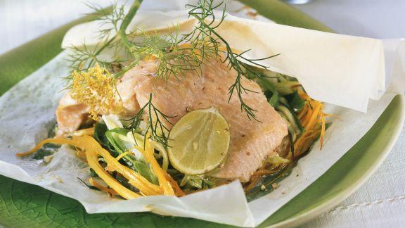 Rezept: Lachsforellenfilet mit Gemüse im Backpapier