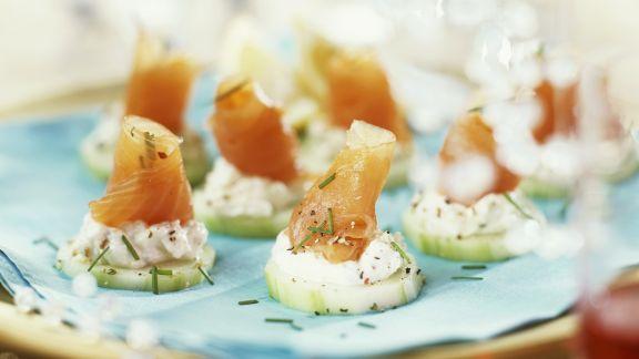 Rezept: Lachshäppchen mit Fischkäse und Gurke