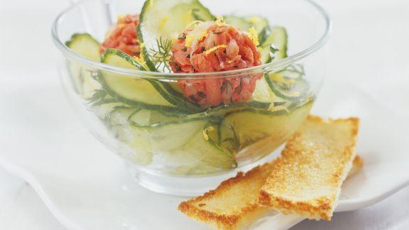 Rezept: Lachsklößchen mit Gurkensalat und Toast