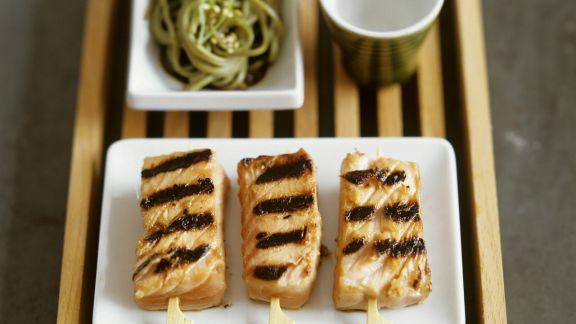 Rezept: Lachsspieße vom Grill mit Nudeln