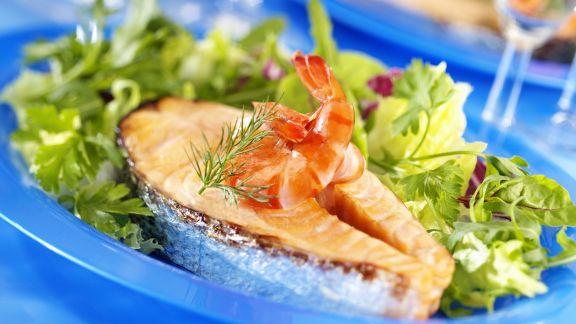 Rezept: Lachssteak mit Shrimps und Salat