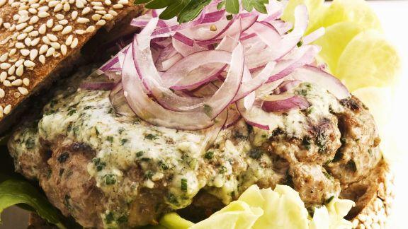 Rezept: Lamm-Burger mit Käse und Zwiebeln