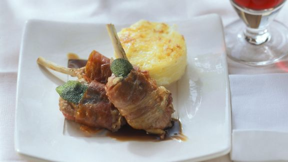 Rezept: Lamm im Schinkenmantel mit Kartoffelgratin
