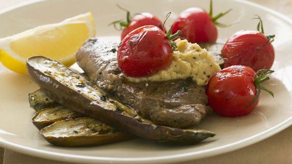 Rezept: Lamm mit Auberginen, Tomaten und Hummus-Dip