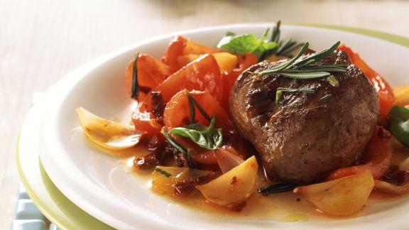 Rezept: Lamm-Rosmarin-Steak auf Tomatengemüse