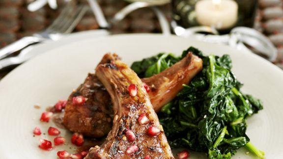Rezept: Lammchops mit Granatapfelkernen und Spinat