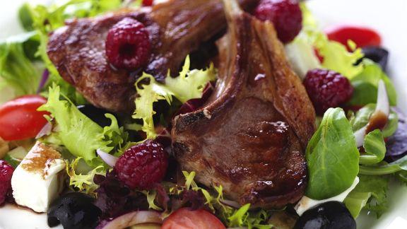 Rezept: Lammchops mit Himbeeren und griechischem Salat