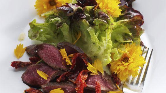Rezept: Lammfleisch mit grünem Salat und Essblüten