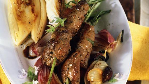 Rezept: Lammfleischspieße mit gebratenem Chicorée und Oliven