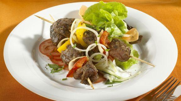 Rezept: Lammfleischspieße mit Salat