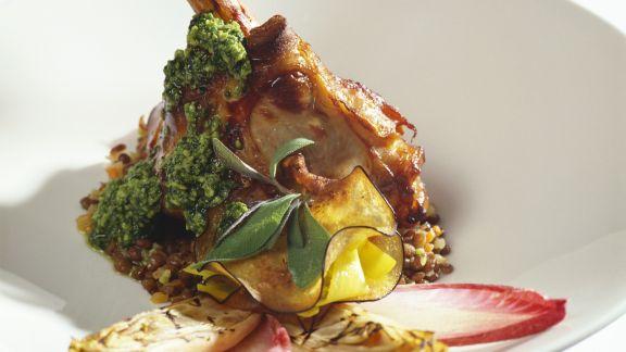 Rezept: Lammhaxe mit grünem Pesto, Salbei und verschiedenem Gemüse