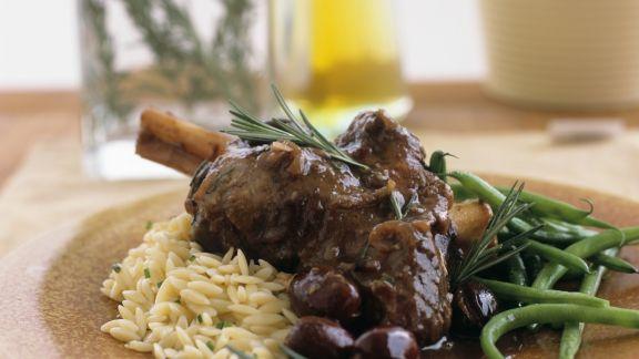 Rezept: Lammhaxe mit Orzo und grünen Bohnen