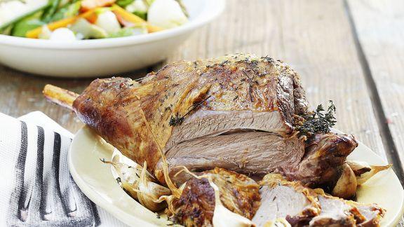 Rezept: Lammkeule mit Gemüse und Knoblauch