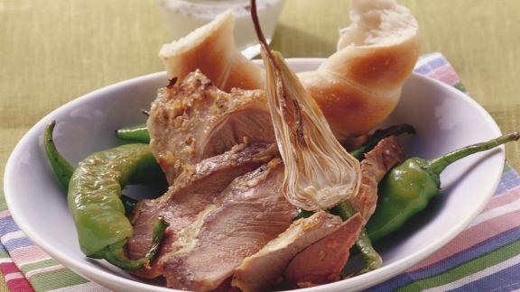 Rezept: Lammkeule mit Peperonis, Weißbrot und Joghurtsoße