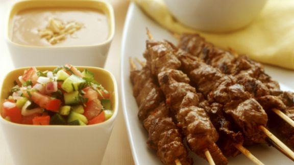 Rezept: Lammspieße mit Erdnussdip und Gemüsesalsa