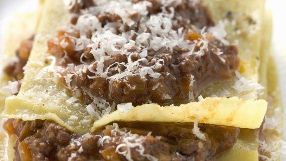 Rezept: Lasagne mit Hacksoße und geriebenem Käse