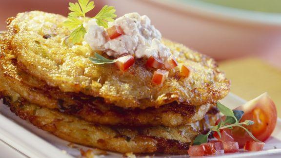 Rezept: Lauch-Kartoffel-Puffer, dazu Hüttenkäse-Tomaten-Dip