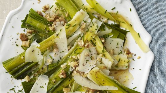 Rezept: Lauch-Walnuss-Salat mit Parmesan