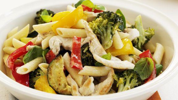 Rezept: Lauwarmer Nudel-Hähnchen-Salat