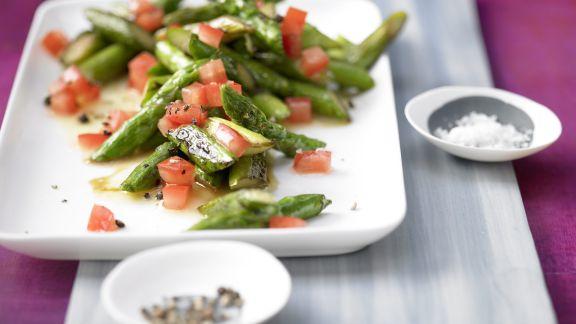 Rezept: Lauwarmer Spargel-Tomaten-Salat