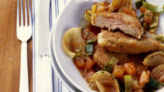 Rezept: Leber in Panade mit Zwiebel-Porree-Gemüse