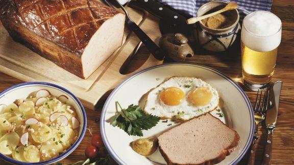 Rezept: Leberkäs mit Spiegelei, Kartoffelsalat und Senf