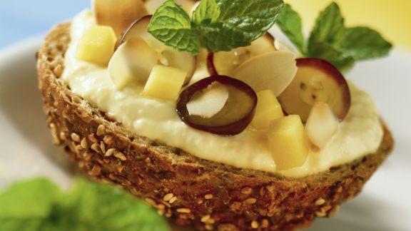 Rezept: Leinsamensemmel mit Mangocreme und Trauben