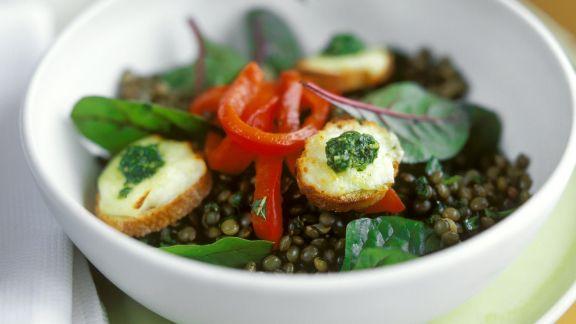 Rezept: Linsen-Paprika-Salat und Croutons mit Ziegenkäse