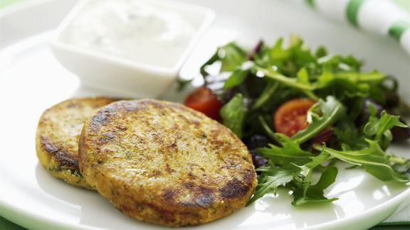 Rezept: Linsenbratlinge mit Joghurt und Salat