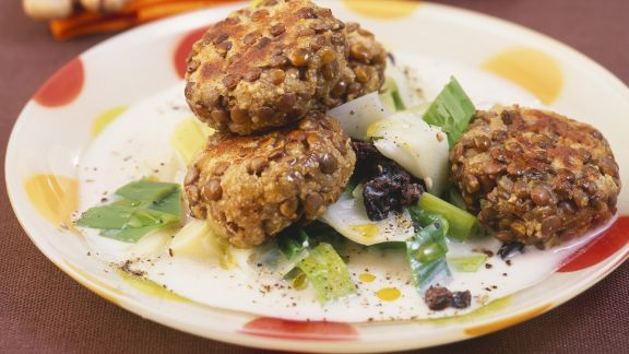 Rezept: Linsenfrikadellen mit Lauch-Rosinen-Gemüse