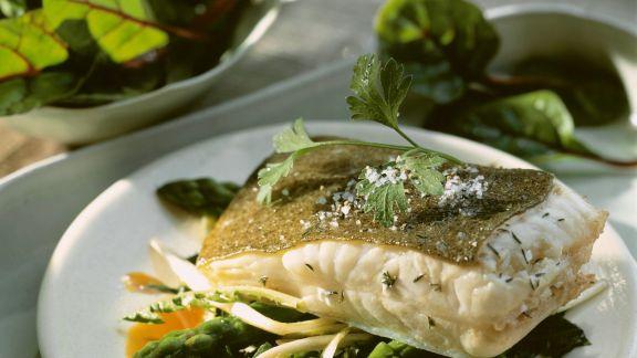 Rezept: Löwenzahn-Spargel-Gemüse mit Steinbuttfilet