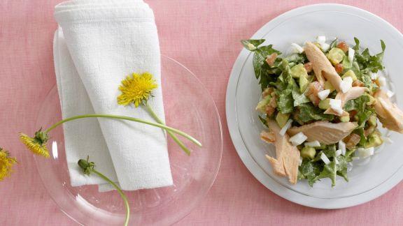 Rezept: Löwenzahnsalat mit Ei, Avocado und geräuchertem Fisch