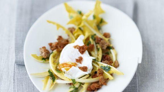 Rezept: Löwenzahnsalat mit pochiertem Ei