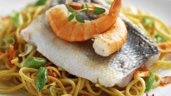Rezept: Loup de mer mit Garnelen und Eiernudeln
