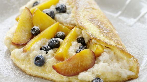 Rezept: Luftiges Omelett mit Blaubeeren und Pfirsichen