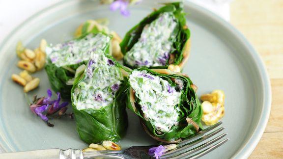 Rezept: Mangoldrouladen mit Füllung aus Ziegenfrischkäse und Salbeiblüten
