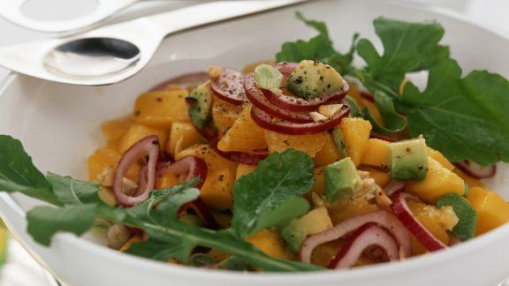 Rezept: Mangosalat mit Avocado, Rucola und roten Zwiebeln