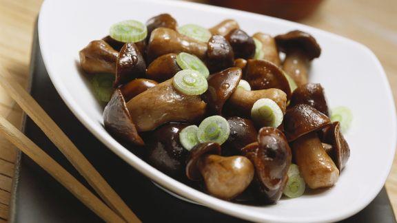 Rezept: Marinierte Steinpilze mit kleinen Zwiebelringen