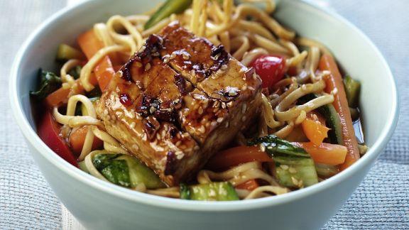 Rezept: Marinierter Tofu mit Gemüse und Asia-Nudeln