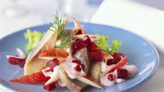 Rezept: Matjes-Apfel-Salat mit Preiselbeeren