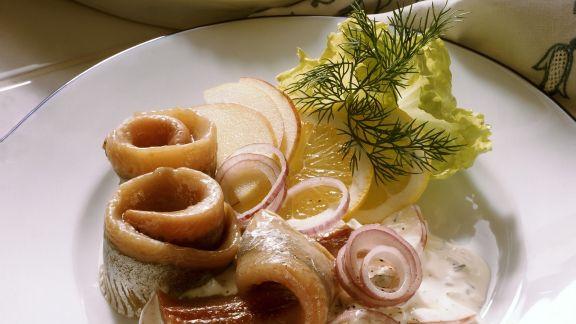 Rezept: Matjes mit Zwiebel, Apfel, Rahm und Dill (Hausfrauen Art)