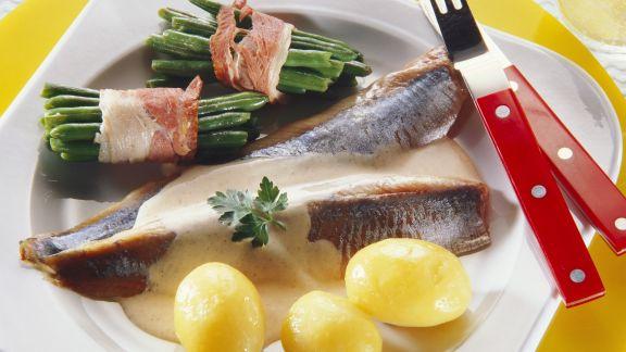Rezept: Matjesfilet mit Kartoffeln, Sahnesoße und Bohnen im Speckmantel
