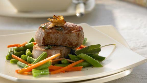 Rezept: Medaillons vom Schwein mit Bohnen und Karotten