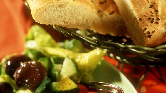 Rezept: Mediterraner Salat mit Fladenbrot