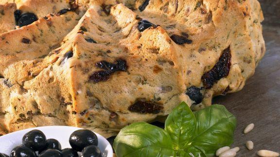 Rezept: Mediterranes Brot mit Oliven und getrockneten Tomaten