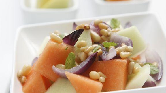 Rezept: Melonen-Zwiebel-Salat mit Pinienkernen